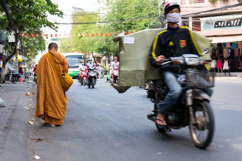 Michaelita chodzi bosego na ruchliwej ulicie w Ho Chi Minh mieście, Wietnam fotografia royalty free