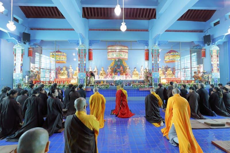 Michaelita i buddhists ono modli się zdjęcia stock