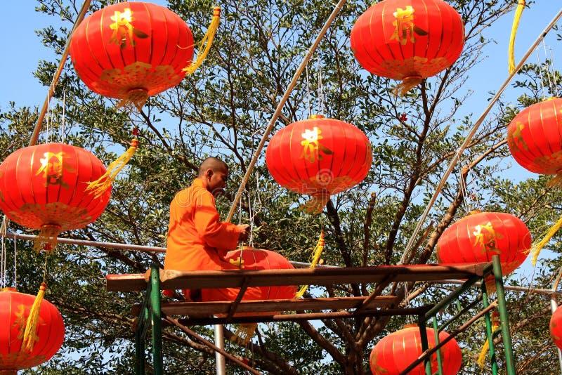 Michaelita Instaluje Chińskich lampiony zdjęcie royalty free