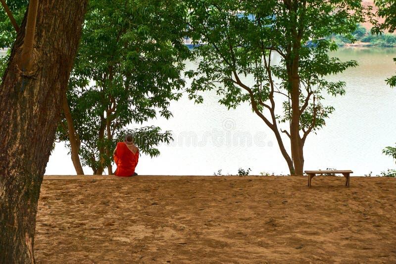 Michaelita siedzi przy rzeką w pakse Mekong rzece w Laos fotografia stock