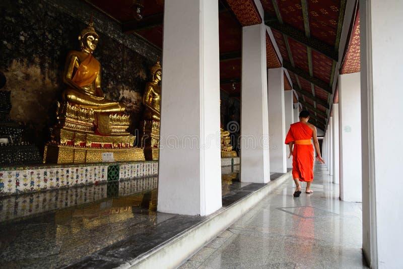 Michaelita spacer w świątyni w pokojowym momencie, Bangkok, Tajlandia obrazy stock