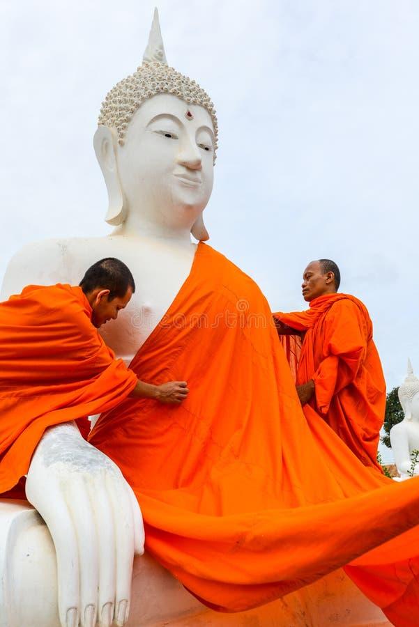 Michaelita ubiera jeden Biały Buddha wizerunek z kontuszami obraz stock