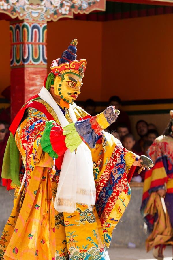 Michaelita wykonuje zamaskowanego i costumed świętego tana Tybetański buddyzm zdjęcia stock