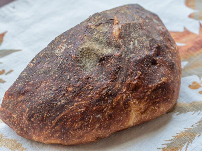 Miche de pain fraîchement cuite au four d'artisan photographie stock