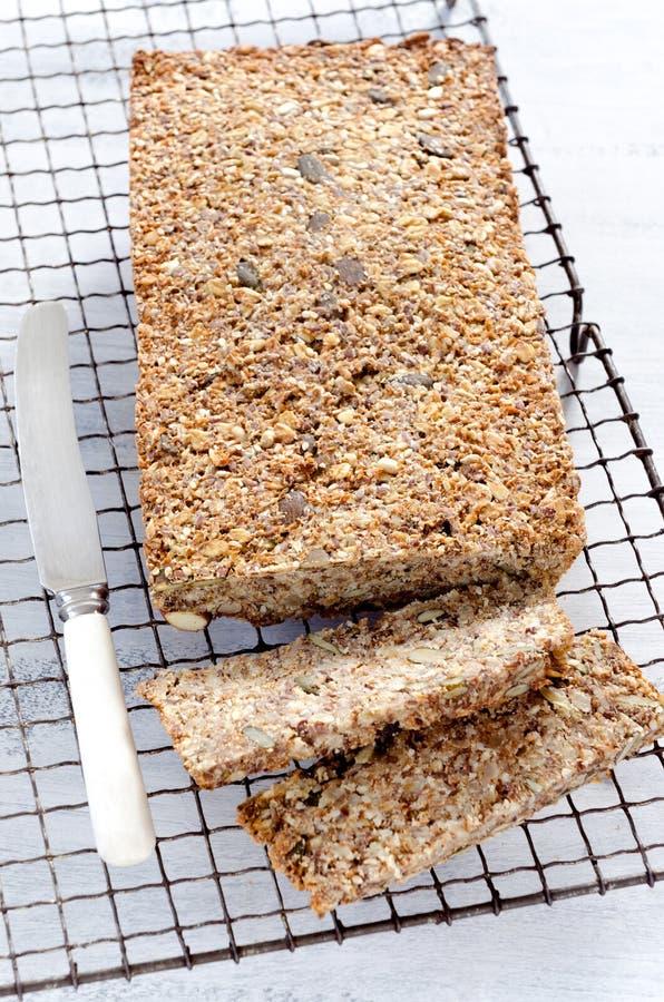 Miche de pain saine complètement de différents graines et écrous photographie stock libre de droits