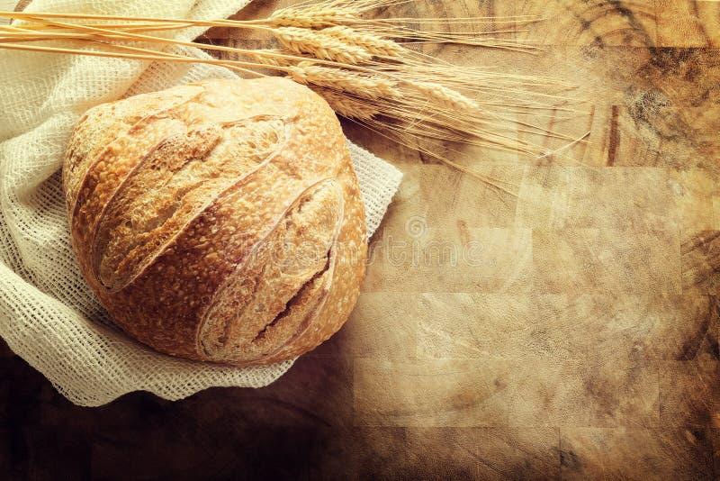 Miche de pain sur le fond rustique de planche à découper images stock
