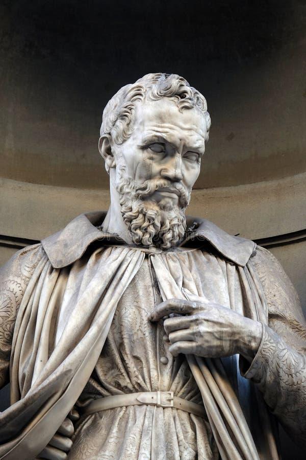 Michelangelo Buonarroti, Statue in den Nischen der Uffizi-Kolonnade in Florenz lizenzfreie stockfotografie