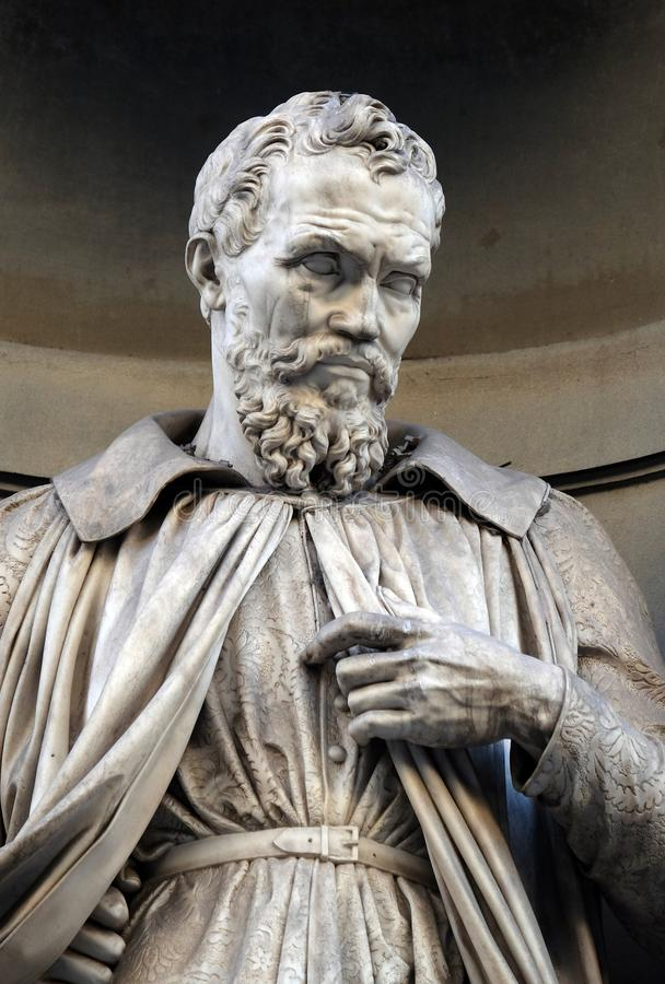 Michelangelo Buonarroti, Statue in den Nischen der Uffizi-Kolonnade in Florenz lizenzfreie stockbilder