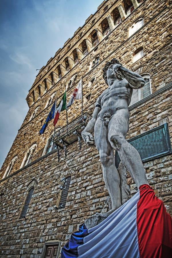 Michelangelo& x27 ; s David avec le drapeau français image libre de droits
