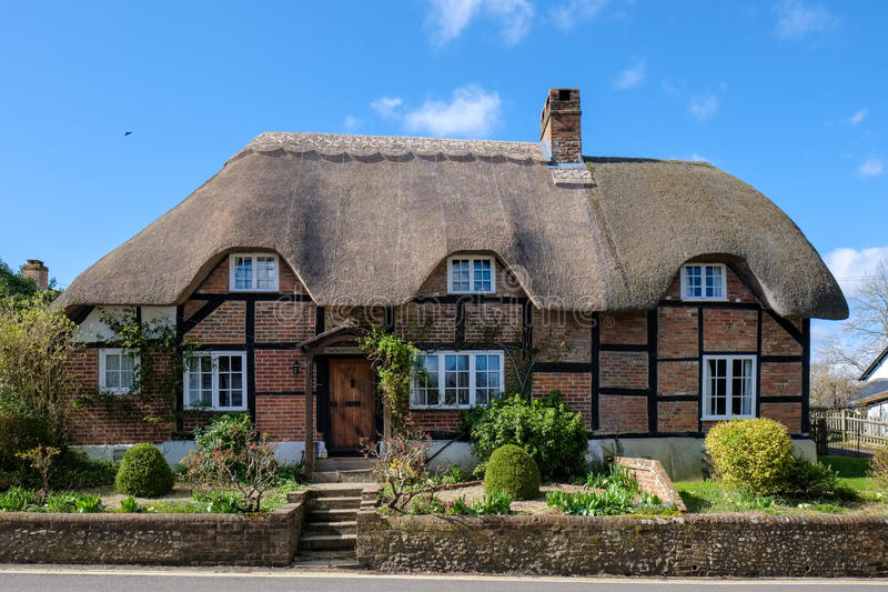 MICHELDEVER, HAMPSHIRE/UK - MARCH 21 : View of a Thatched Cottage in Micheldever Hampshire on March 21, 2017 royalty free stock photography