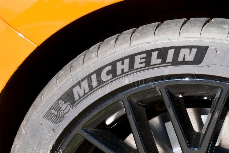 Michelin Tire Mounted op Rand royalty-vrije stock afbeeldingen