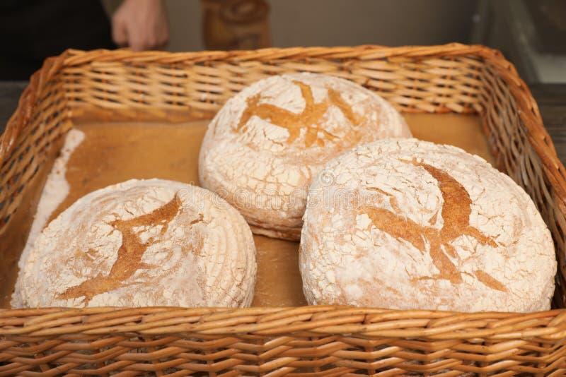 Miches de pain cuites au four dans le plateau en osier photographie stock libre de droits