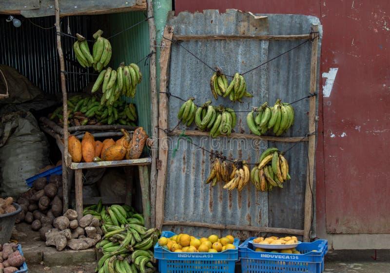 Miches Dominikanska republiken: frukt och grönsaken shoppar på sidan av vägen; typisk och lokalt royaltyfri foto