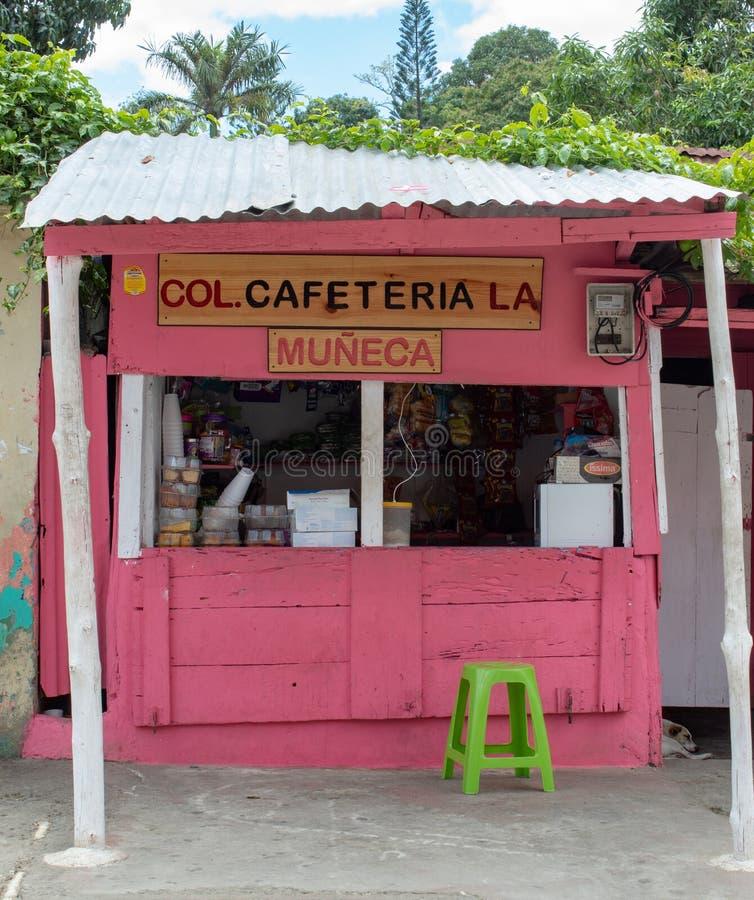 Miches, República Dominicana, o 16 de abril de 2019/café da barraca ou bar de madeira típico, local na estrada fotos de stock