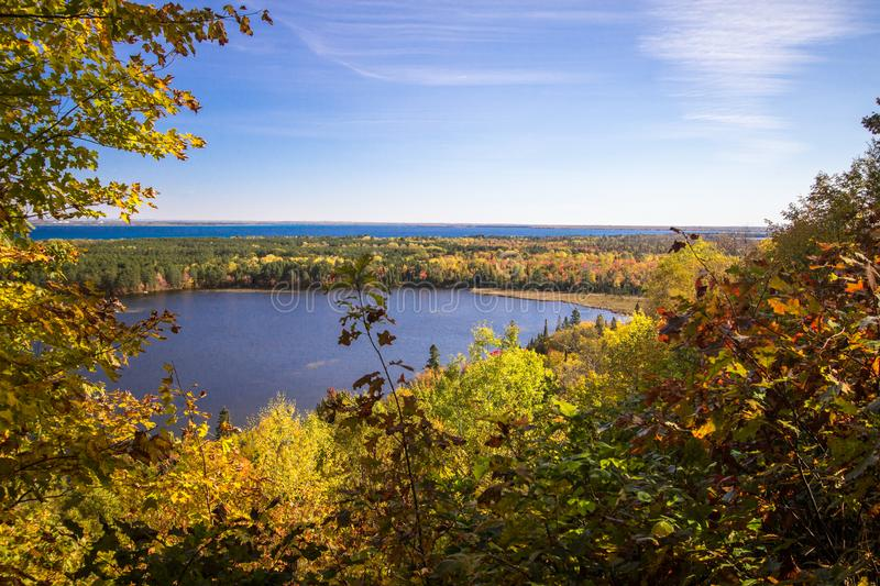 Michigan Autumn Scenic Lake And Forest arkivfoto