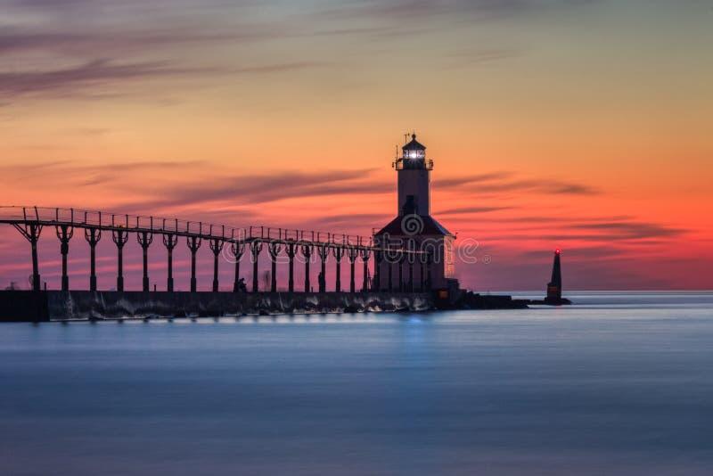 Michigan miasta Pierhead Wschodnia latarnia morska Po zmierzchu obrazy stock