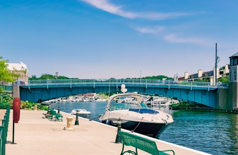 Michigan-Stadt, Indiana/USA am 28. Juli 2018: Boote angekoppelt an der Jahrtausend-Piazza, der entlang Hinternebenfluß am Eingang lizenzfreie stockfotos
