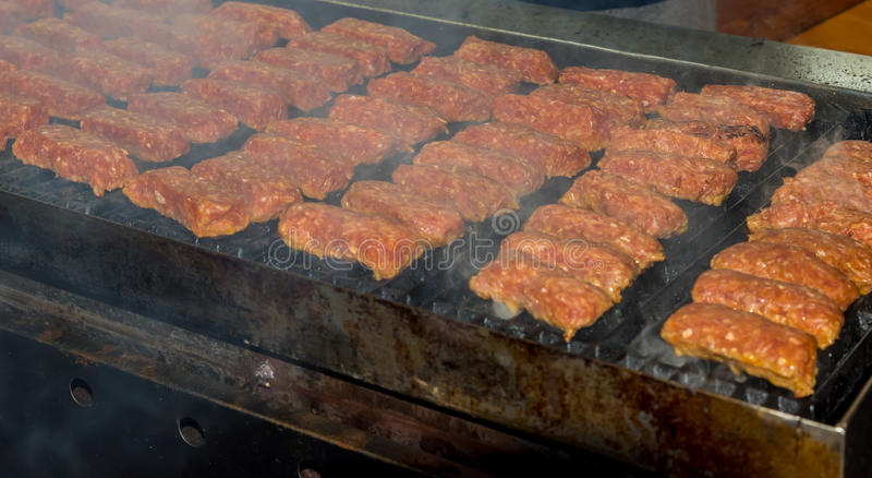 Mici auf heißem Grill lizenzfreie stockfotos