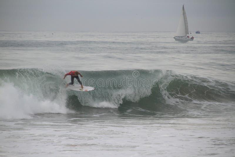 Mick Fanning som drar av en floater arkivfoton