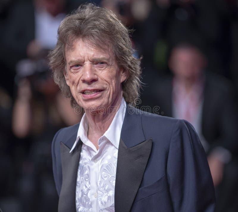 Mick Jagger spaceruje po czerwonym dywanie obrazy royalty free