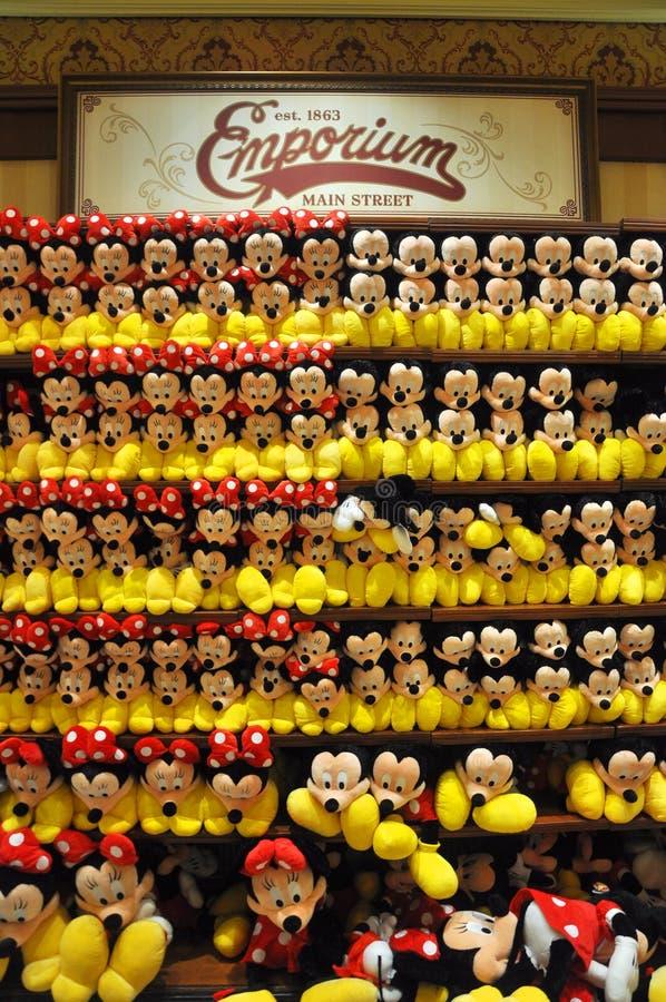 Mickey和追击炮长毛绒在迪斯尼存储 免版税库存照片