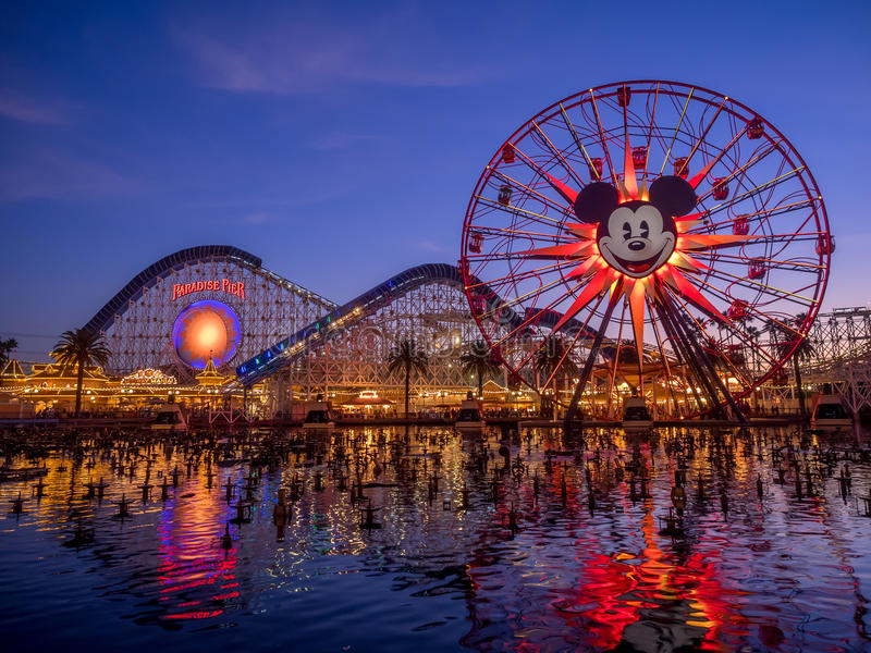 Mickey的乐趣在天堂码头的轮子乘驾在迪斯尼 库存照片