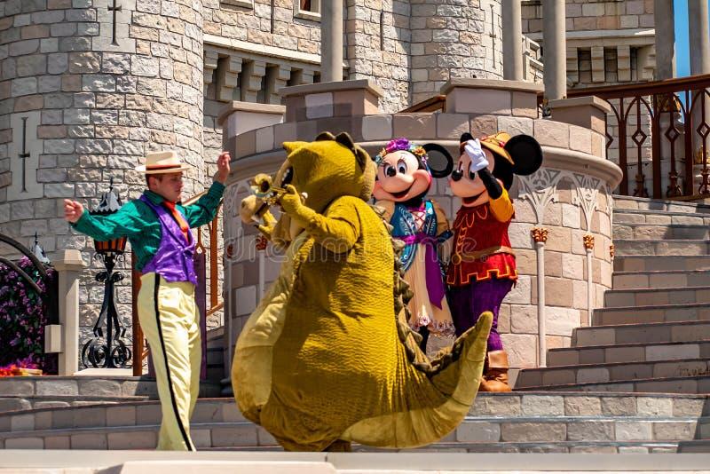 Mickey e Minnie che ballano con la principessa ed i caratteri della rana nel regno magico 6 fotografia stock libera da diritti