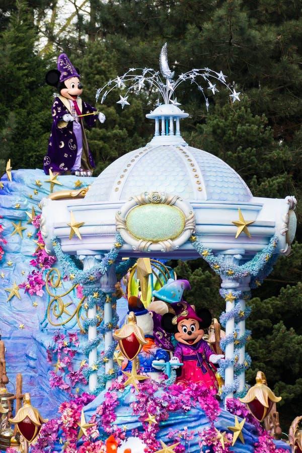 Mickey en Minnie Mouse in Disneyland Parijs op parade stock foto