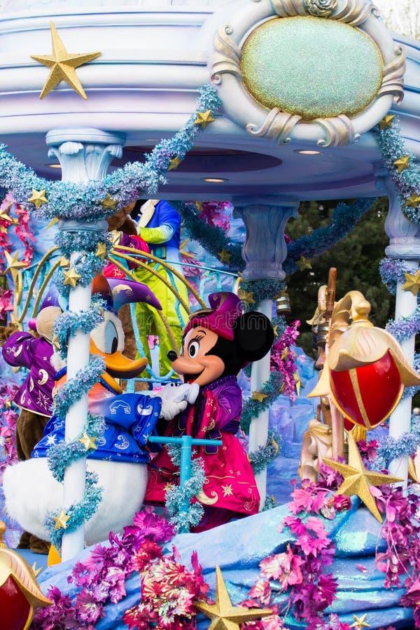 Mickey en Minnie Mouse in Disneyland Parijs op parade royalty-vrije stock afbeeldingen