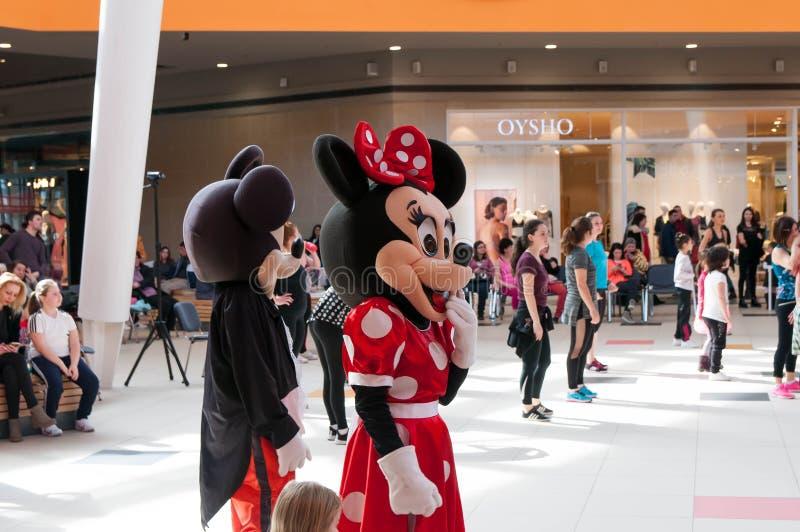 Mickey en Minnie-muisbeeldjes die omhoog de zumbadansers toejuichen royalty-vrije stock foto