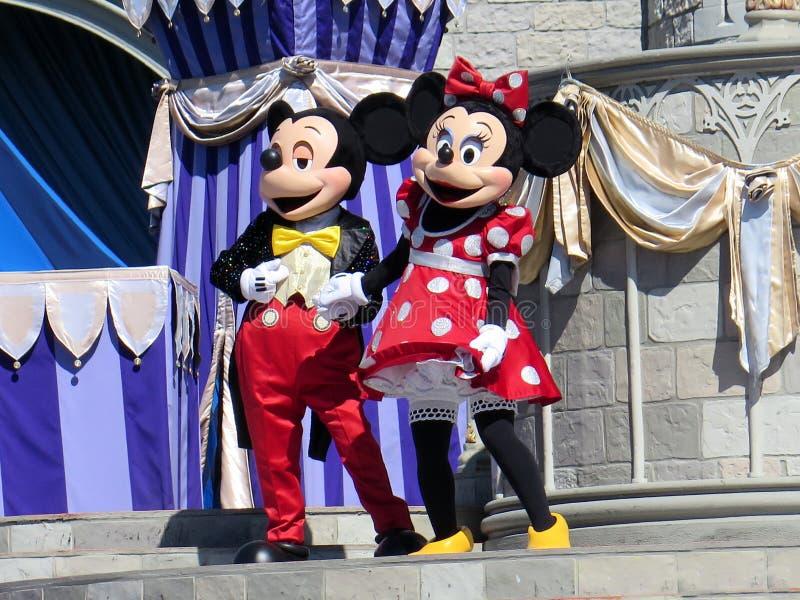 Mickey et Minnie chez Cinderella Castle sur le royaume magique photographie stock libre de droits