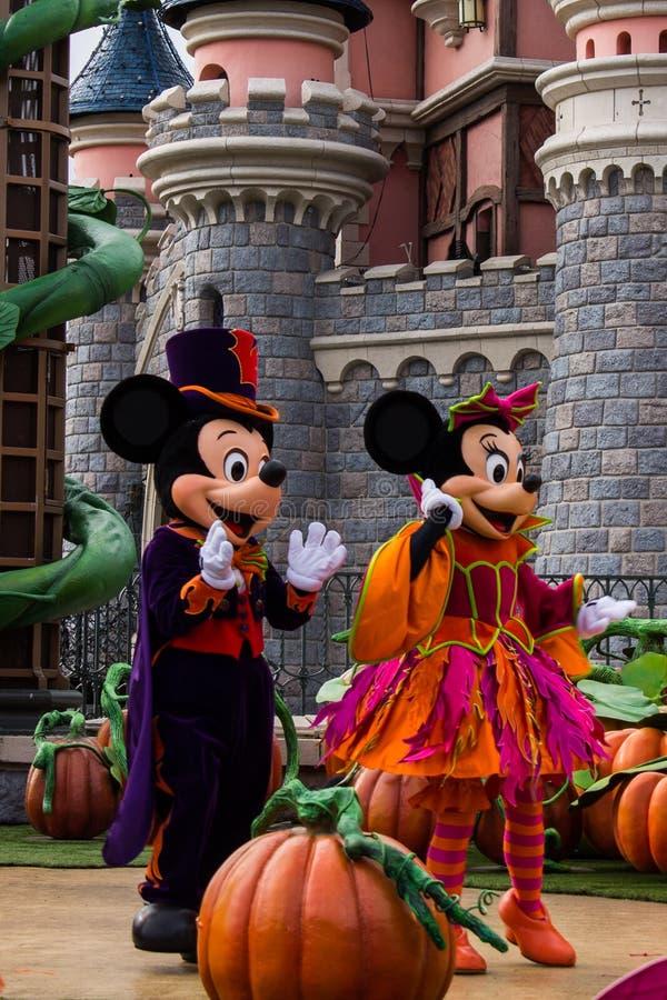 Mickey Mouse en Minnie Mouse tijdens Halloween-vieringen in Disneyland Parijs royalty-vrije stock afbeelding