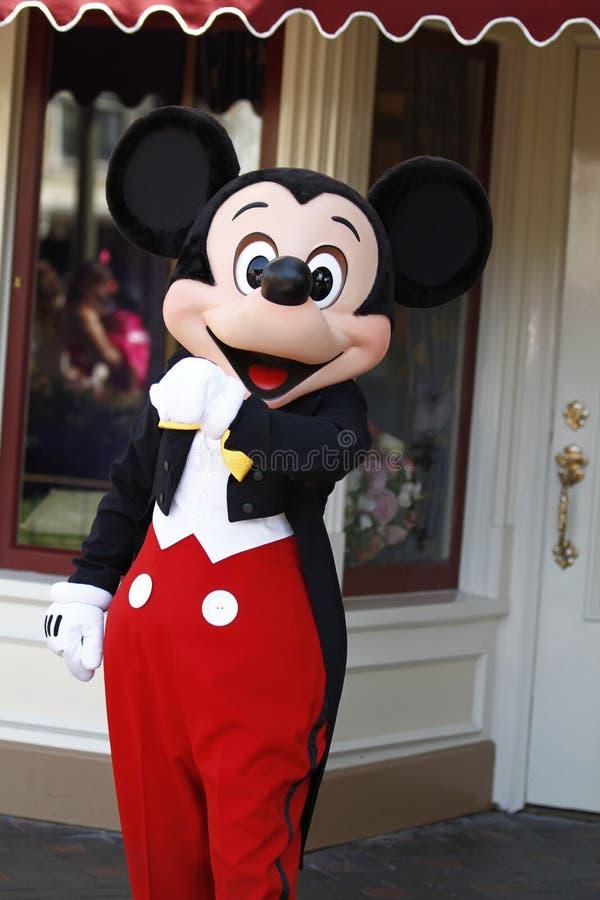 Mickey Mouse i smoking på Disneyland arkivbild