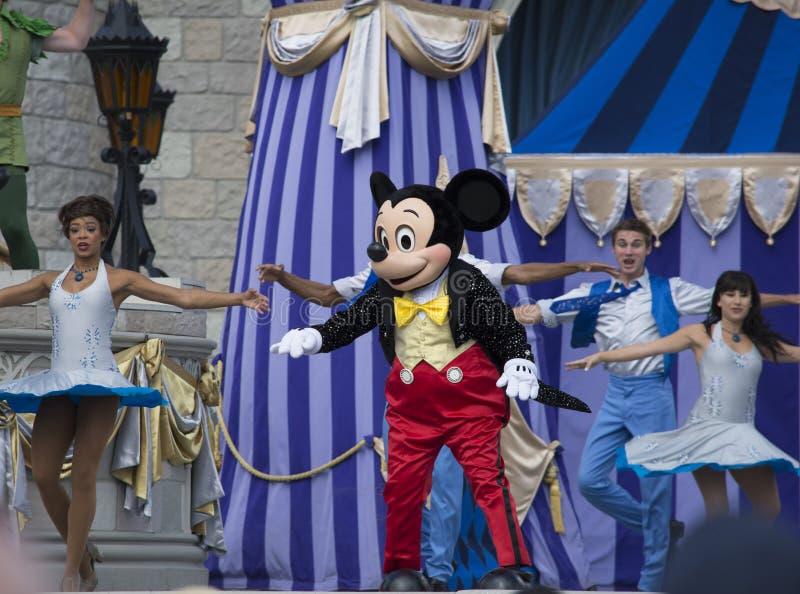 Mickey mus med magdansöser på den Disney världen fotografering för bildbyråer