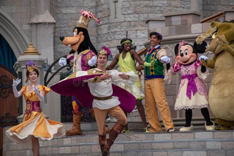 Mickey Royal Friendship Faire em Cinderella Castle em Magic Kingdom no Walt Disney World Resort 1 imagem de stock