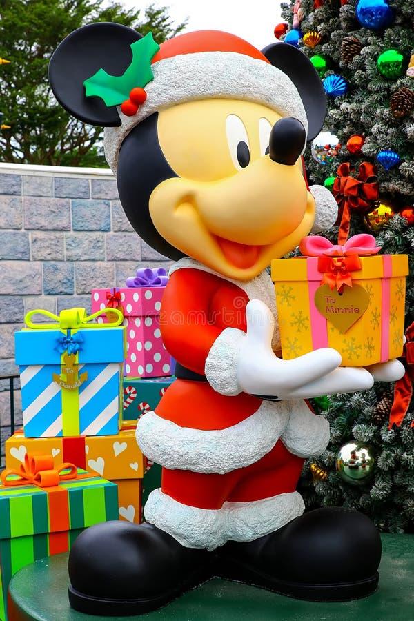 Mickey som rymmer julgåva på disneyland Hong Kong arkivfoton