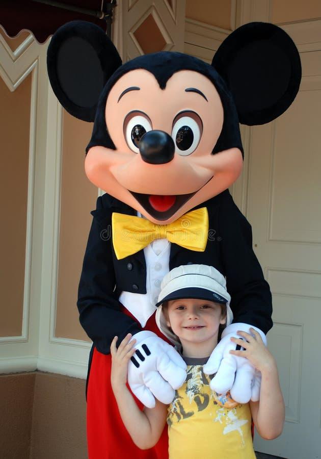 Mickymaus Und Junge In Disneyland Redaktionelles Foto