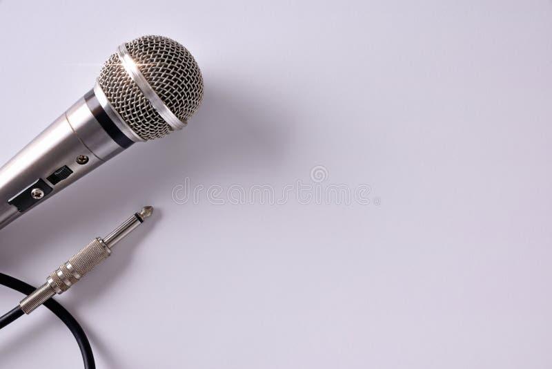 Micrófono atado con alambre con el conector en la opinión superior del primer blanco de la tabla fotos de archivo libres de regalías