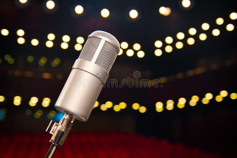 Micrófono cercano para arriba en sala de conciertos fotografía de archivo