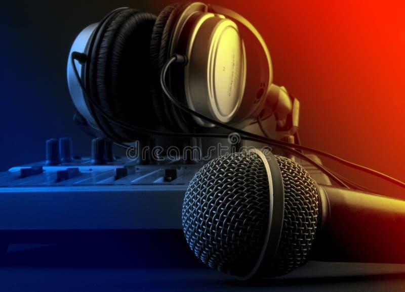 Micrófono con el mezclador y los auriculares fotos de archivo libres de regalías