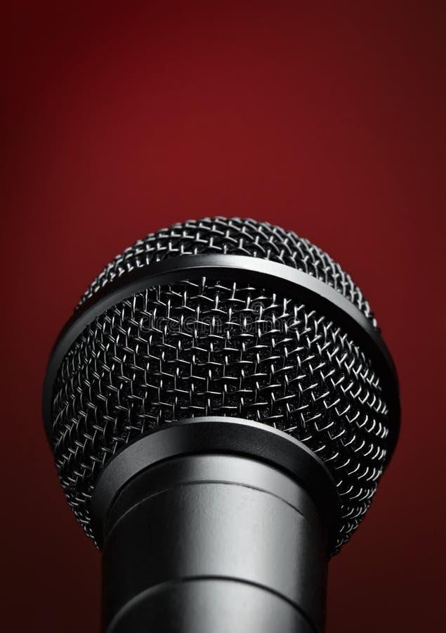Micrófono contra fondo rojo fotografía de archivo libre de regalías