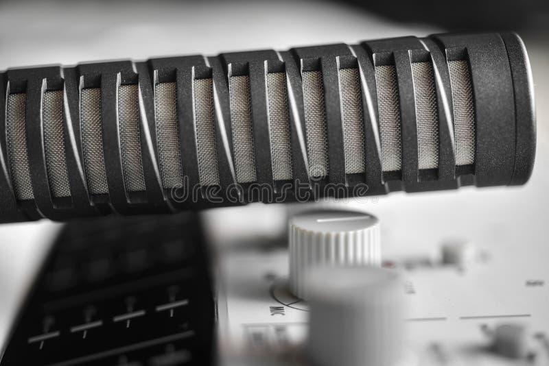 Micrófono de condensador de alta fidelidad sobre mezclador de sonidos imagen de archivo libre de regalías