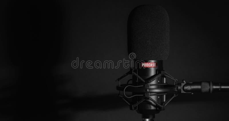Micrófono de estudio para grabar podcasts imagen de archivo
