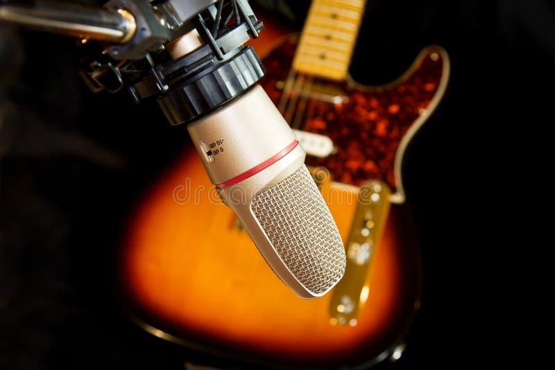 Micrófono de la grabación del estudio con la guitarra eléctrica foto de archivo
