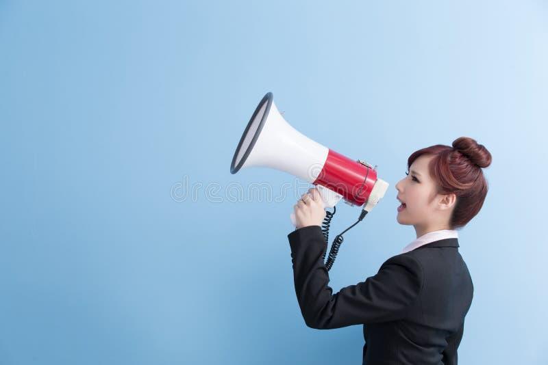 Micrófono de la toma de la mujer de negocios feliz fotos de archivo