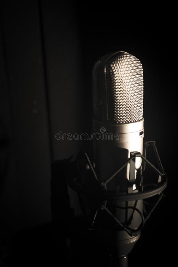 Micrófono de la voz superpuesta del estudio imagen de archivo