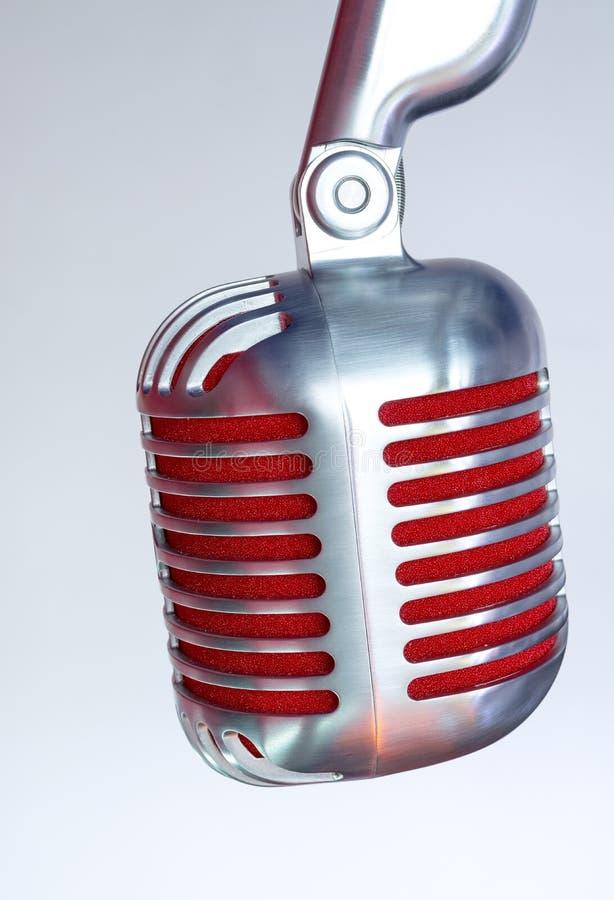 Micrófono de plata del vintage con la membrana roja en un fondo gris del vintage fotos de archivo