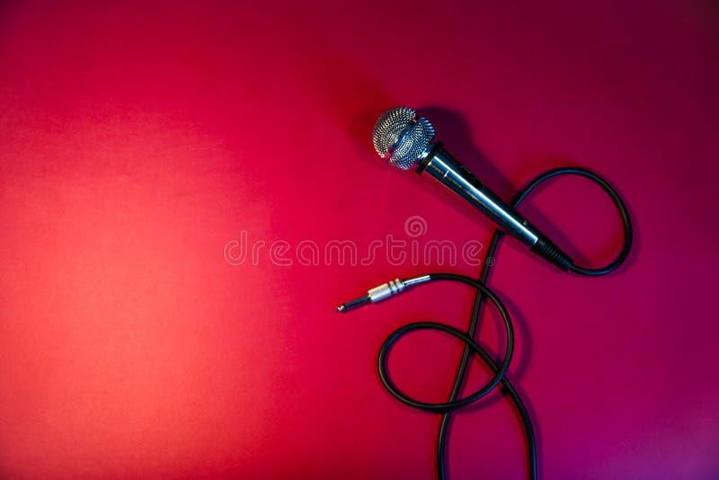 Micrófono de plata en un fondo rojo imagen de archivo libre de regalías