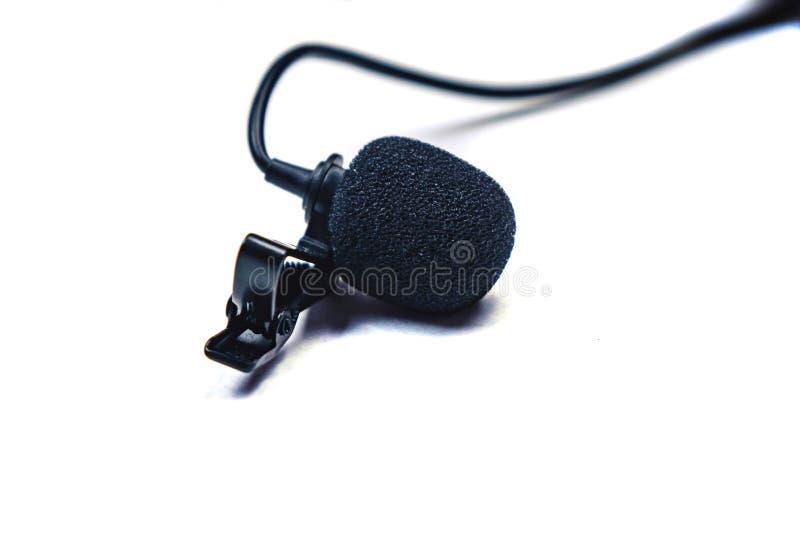 micrófono de solapa negro aislado en fondo blanco imagenes de archivo