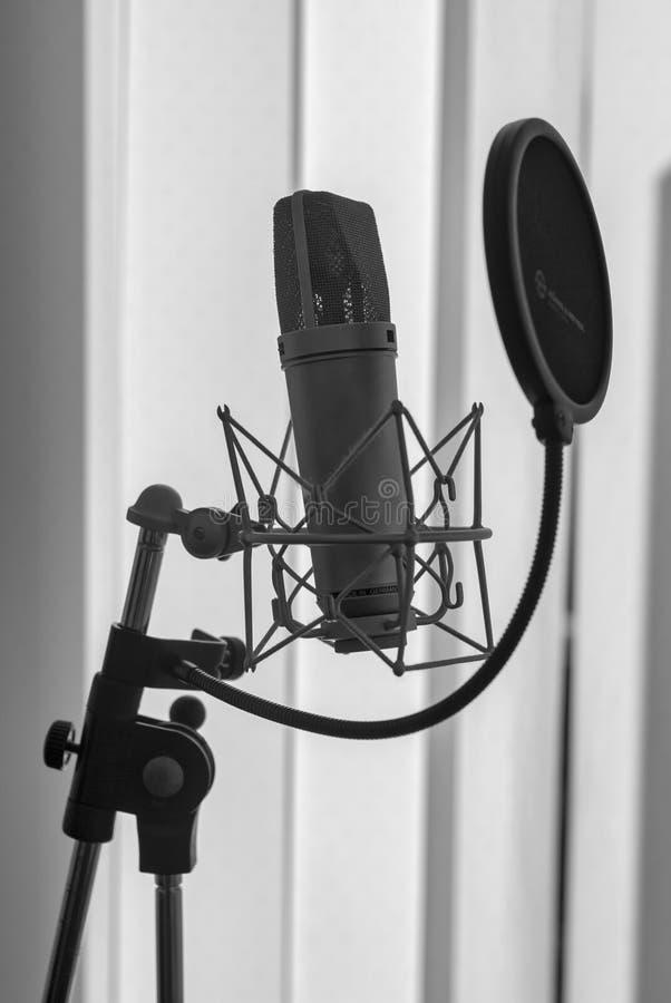Micrófono del negro del estudio, edición del aniversario fotografía de archivo